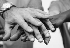 Hände von Menschen, die zusammenhalten